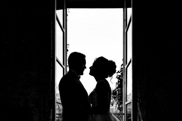 Mariés devant la fenêtre du château (Copier)